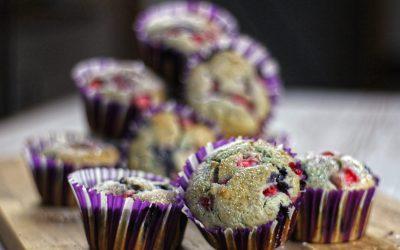 Fluffige Heidelbeer-Erdbeer-Muffins